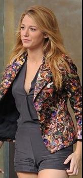 Blake Lively vestida con una americana  floreada
