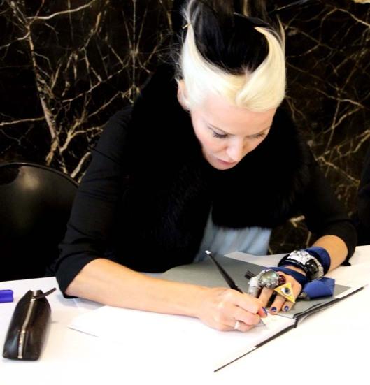 """Firmando el libro llamado """" Daphne Guinness"""""""