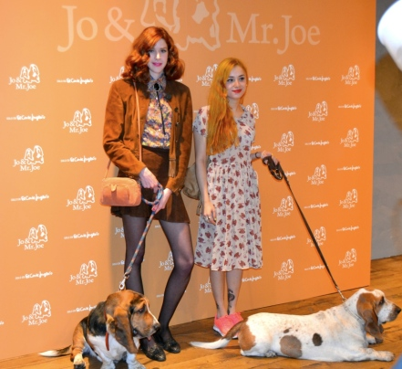 Brianda y Miranda posando con dos amiguitos perrunos para JO&Mr.Joe