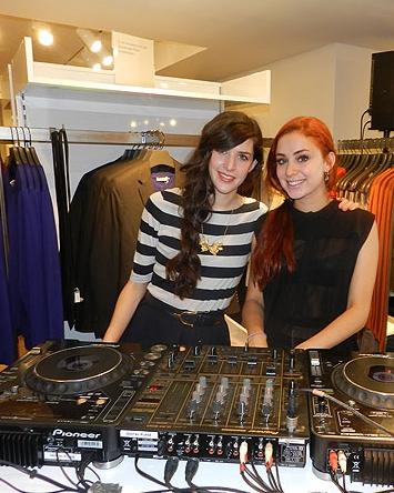 """Brianda y Miranda ejerciendo de Dj's en la inauguración de la tienda """"COS"""""""