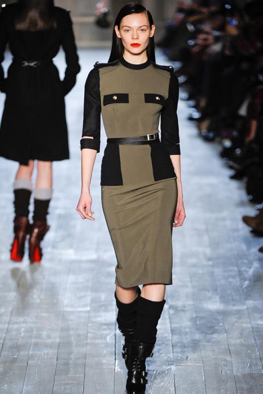 Vestido lapiz de aire militar de Victoria Beckham