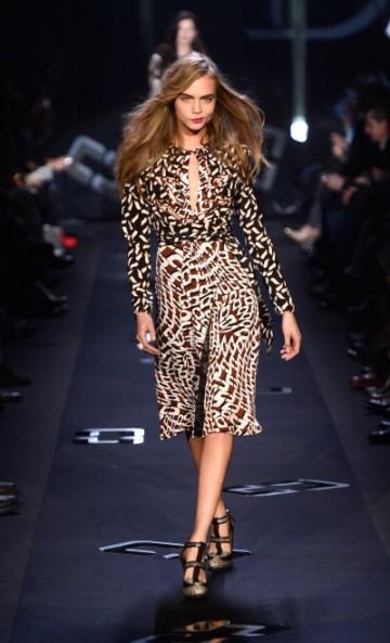 Cara Delevingne ( la modelo del momento) desfilando éste Febrero en la Fashion Week NY para DVF