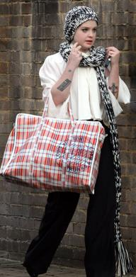 Kelly Osbourne con la bolsa de Louis Vuitton
