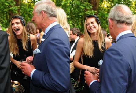 Cara Delavigne  bromeando con el príncipe Charles.